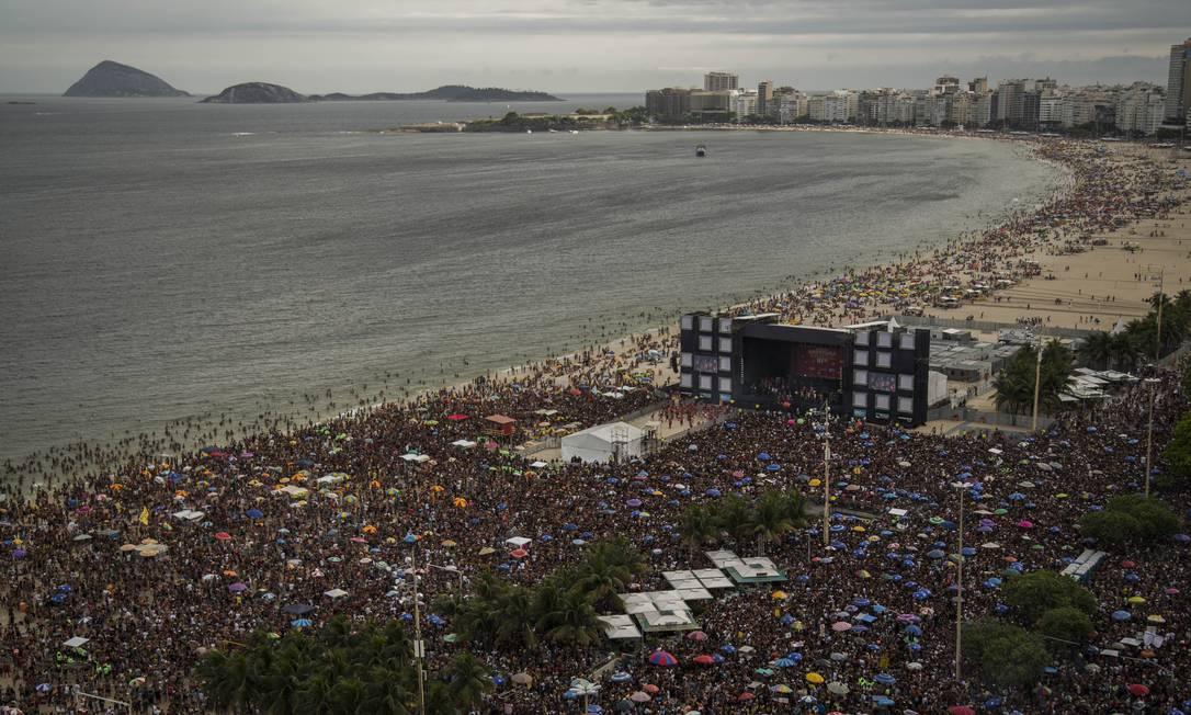 Bloco da Favorita lota as areias da Praia de Copacabana neste domingo Foto: Guito Moreto / Agência O Globo
