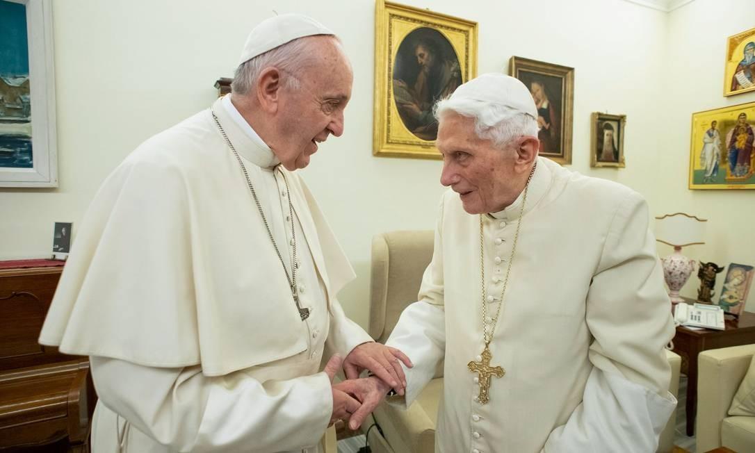 Dois Papas: Francisco e Bento XVI conversam durante encontro no Vaticano em dezembro de 2018. Foto: HANDOUT / AFP