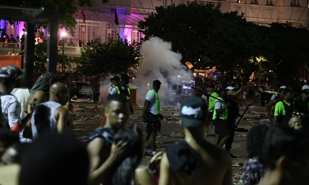 Confusão próximo ao palco teve spray de pimenta para dispersa multidão Foto: Pedro Teixeira / Agência O Globo