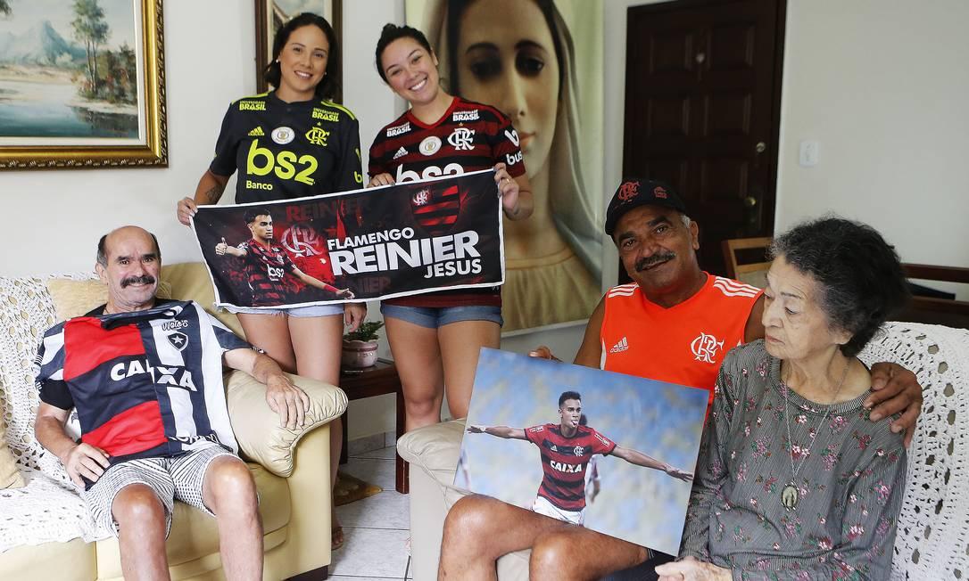 Parte da família de Reinier, em Brasília: as irmãs Betinna e Estephanie, o tio José Luis Carvalho e a avó Alzira Foto: Jorge William