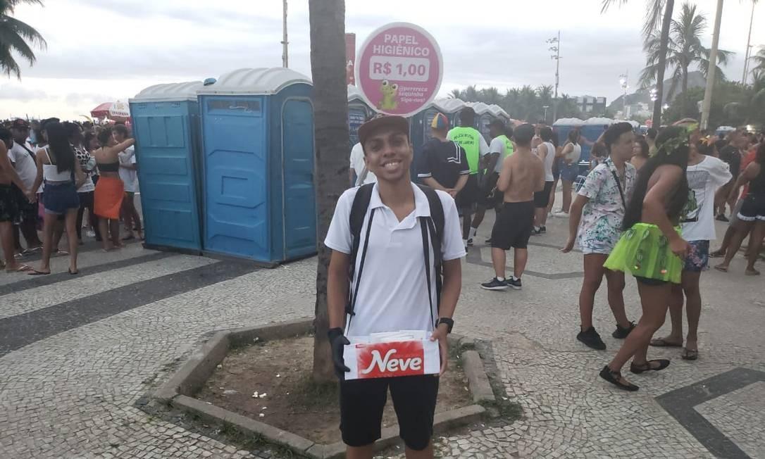 Fantasia e lucro: Eron Neves Rodrigues vende papel higiênico próximo aos banheiros químicos Foto: Arthur Leal / Agência O Globo