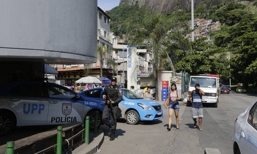 Reformulação das UPPs começa na Rocinha: além de ações sociais e mudanças no policiamento, a PM vai instalar microcâmeras para identificar bandidos e monitorar policiais Foto: Domingos Peixoto / Agência O Globo