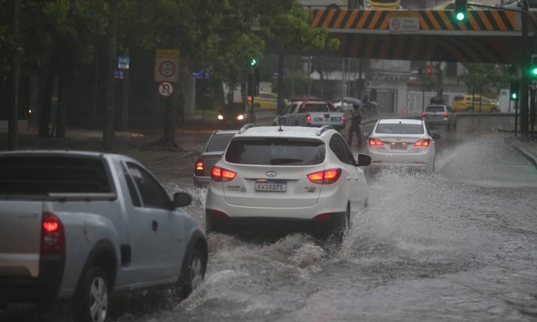 Motoristas precisaram enfrentar bolsão d'água na Rua Professor Abelardo Lobo Foto: Fabiano Rocha / Agência O Globo