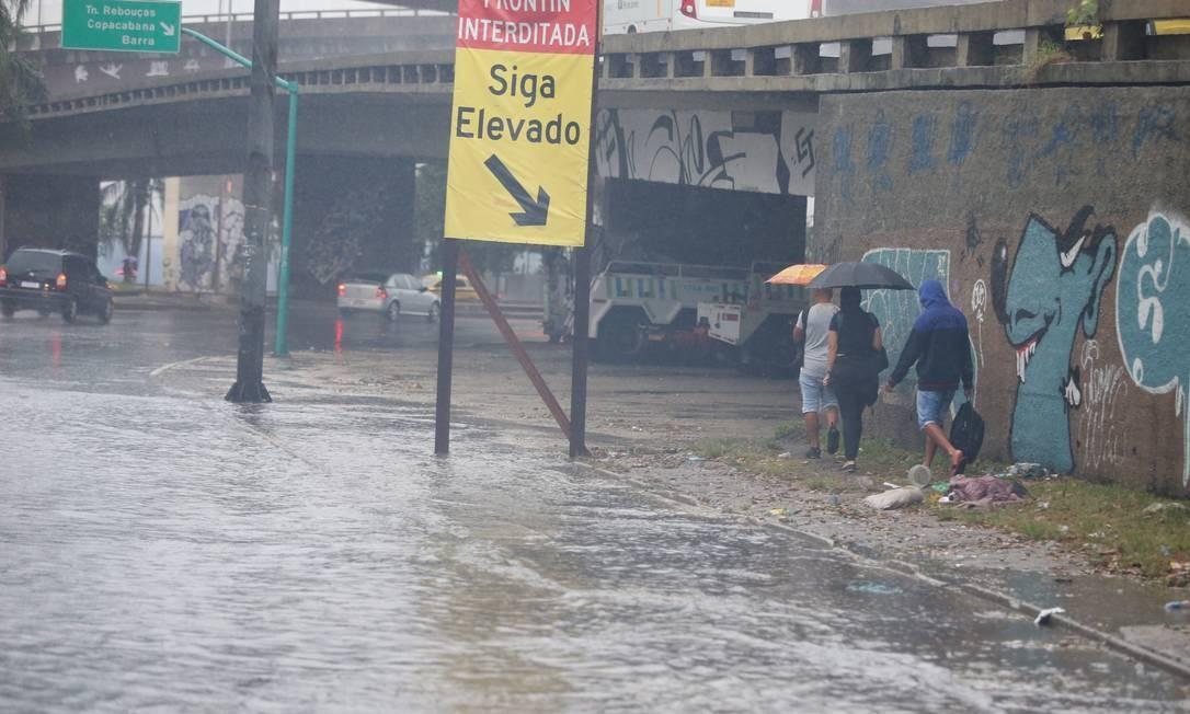 Bolsão d'água, em um dos acessos ao Túnel Rebouças, pela Zona Norte Foto: Fabiano Rocha / Agência O Globo