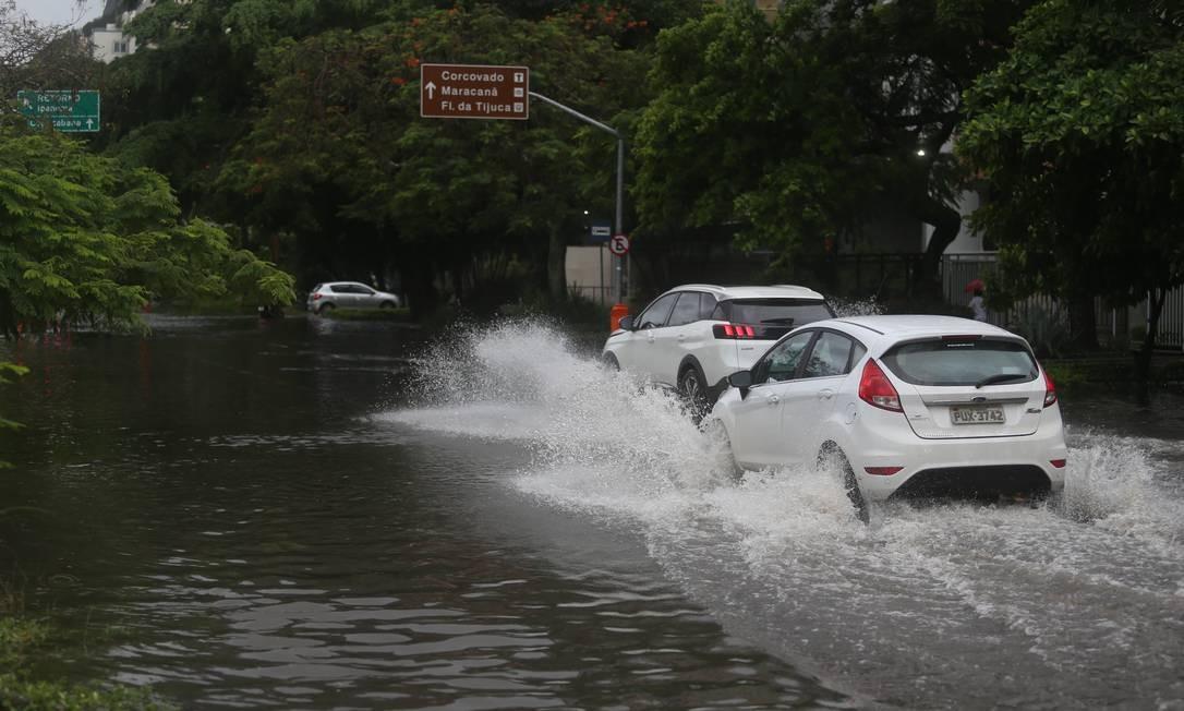 Ruas que dão acesso à Lagoa ficaram alagadas Foto: Fabiano Rocha / Agência O Globo