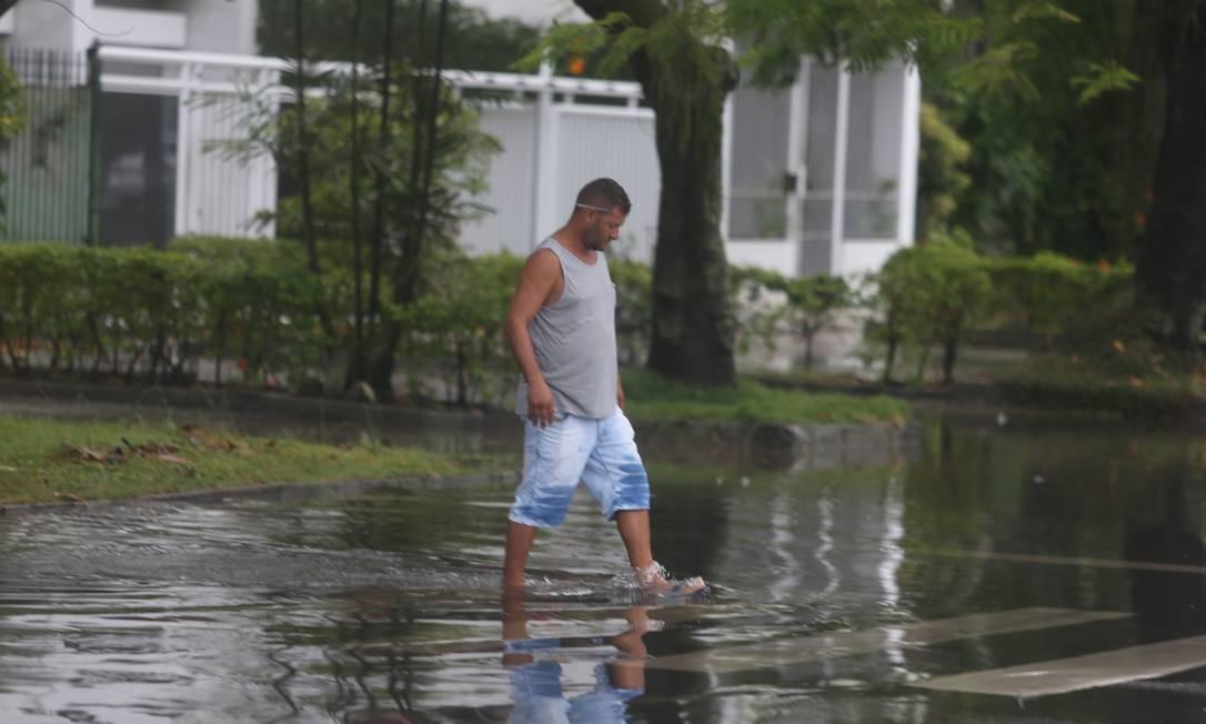 Pedetre passa por dua alagada na Zona Sul do Rio Foto: Fabiano Rocha / Agência O Globo