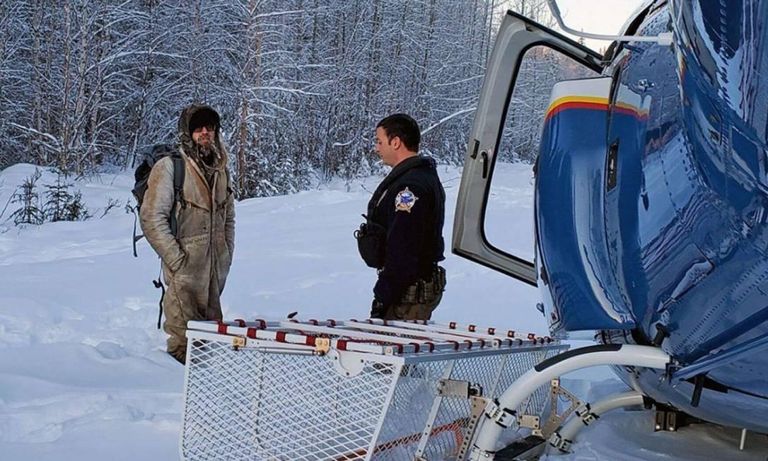 Tyson Steele foi resgatdo de helicóptero pelas autoridades do Alaska Foto: Divulgação Alaska State Troopers