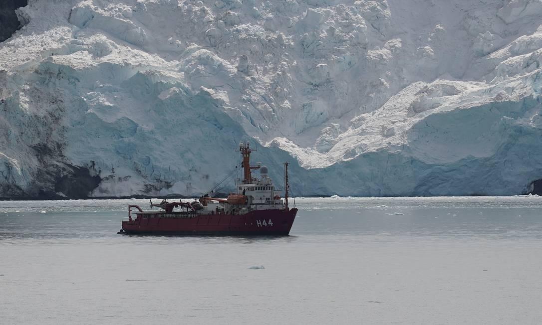 Navio Ary Rongel, utilizado no deslocamento entre o porto Puerto Arenas, no extremo Sul do Chile, e a Ilha Rei George, na Antártica Foto: Elcio Braga / Agência O Globo