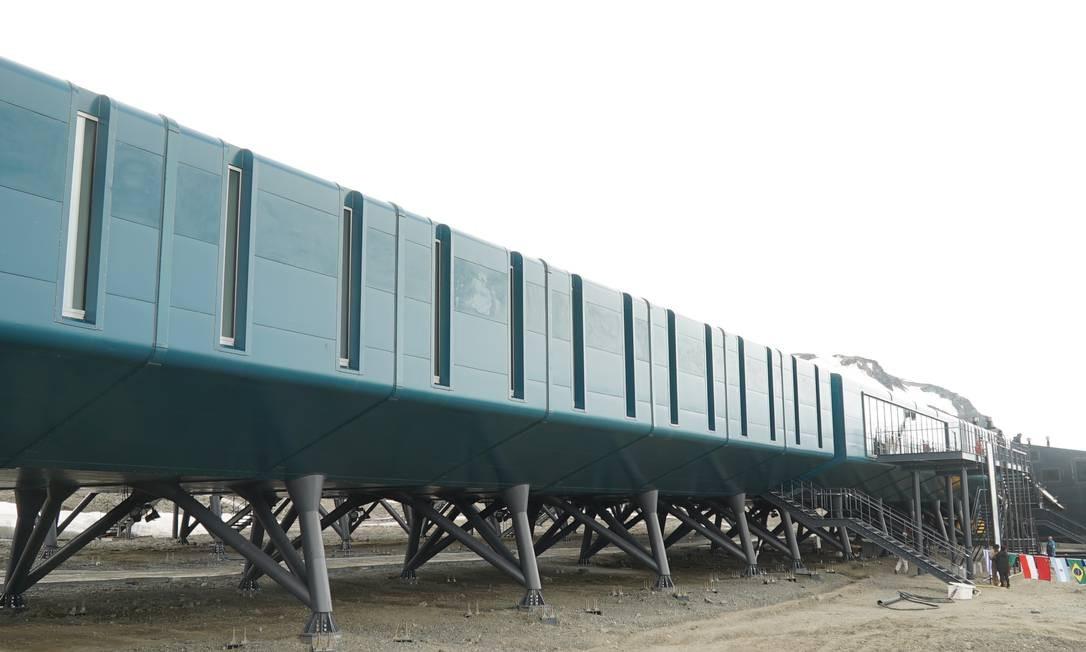 Cada pilar da estação é sustentado por um bloco de 80 toneladas. São mais de 200 contêineres cada um com 3,5 toneladas Foto: Elcio Braga / Agência O Globo