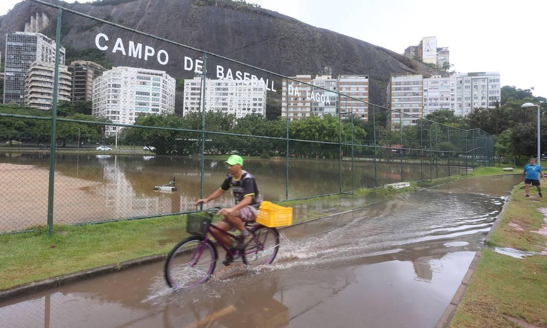 Campo de basebol da Lagoa, no Corte do Cantagalo, ficou alagado Foto: Fabiano Rocha / Agência O Globo