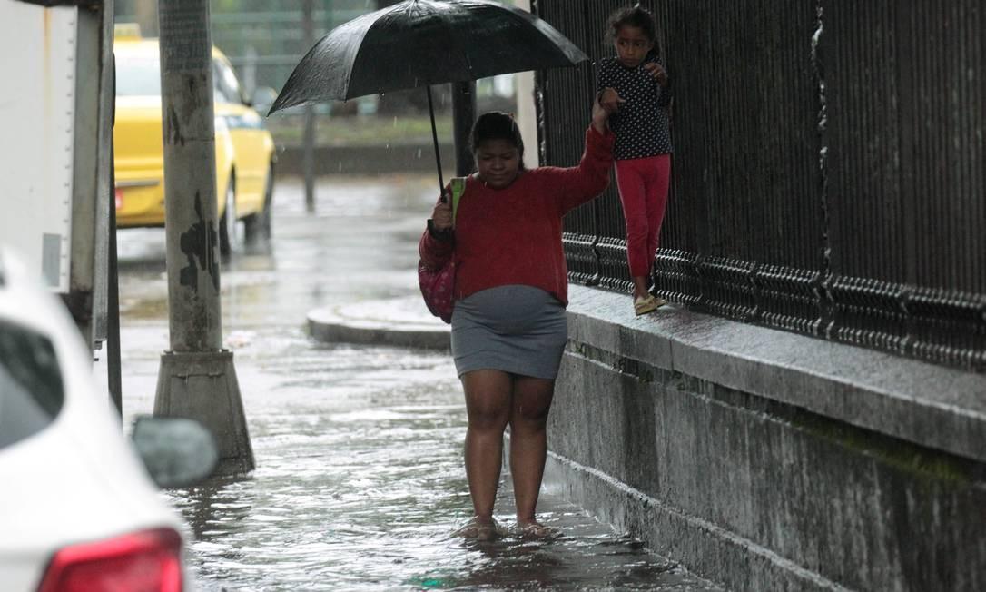 Criança caminha na mureta do Palácio do Catete, ao lado de gestante na Rua Silveira Martins Foto: Gabriel de Paiva / Agência O Globo