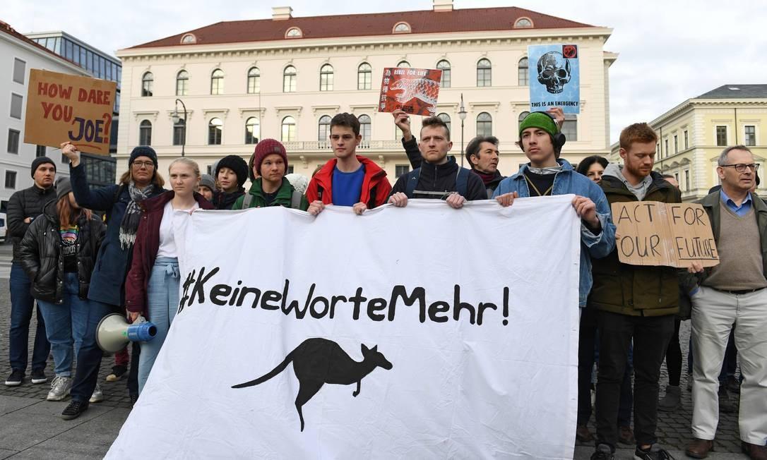 """""""SemMaisPalavras"""" diz a hashtag do cartaz, com um canguru, animal símbolo da Austrália Foto: Andreas Gebert / Reuters"""