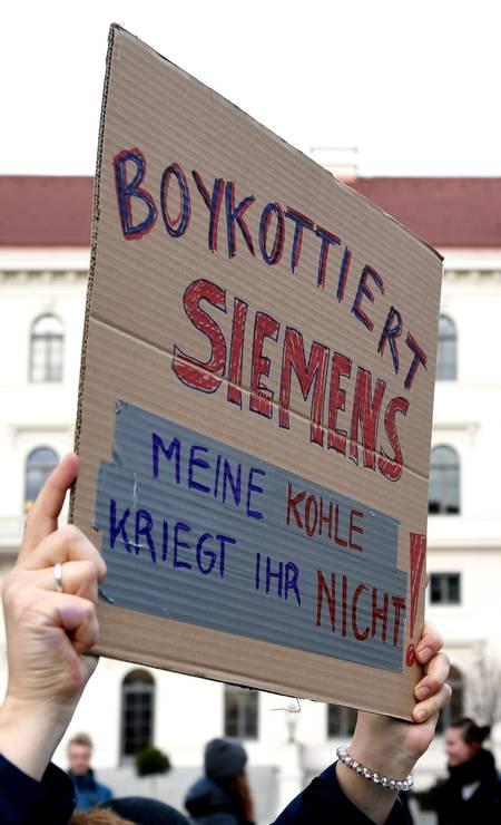 """O cartaz diz: """"boicote à Siemens. Você não vai receber meu dinheiro"""" Foto: Andreas Gebert / Reuters"""