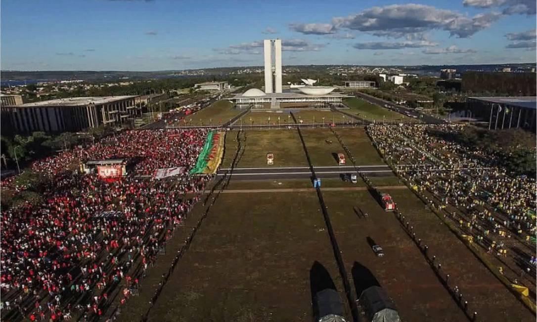 """Em 2020, o Brasil voltou a disputar o Oscar com um documentário. Em """"Democracia em vertigem"""", a cineasta Petra Costa, narra em primeira pessoa sua visão sobre os acontecimentos políticos que levaram ao impeachment de Dilma Rousseff Foto: Divulgação"""