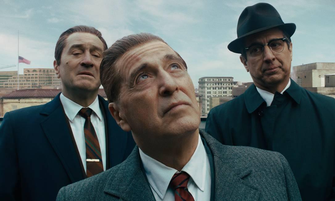 O irlandês - Dirigido por Martin Scorsese, o filme coloca Robert De Niro e Al Pacino em cena juntos pela terceira vez na história. No drama criminal, Pacino interpreta Jimmy Hoffa, o intratável presidente do International Brotherhood of Teamsters, e De Niro, que, além de produzir o filme, encarna o personagem-título, é Frank Sheeran, membro do sindicato e mafioso que se gabava de ter matado Hoffa Foto: Divulgação
