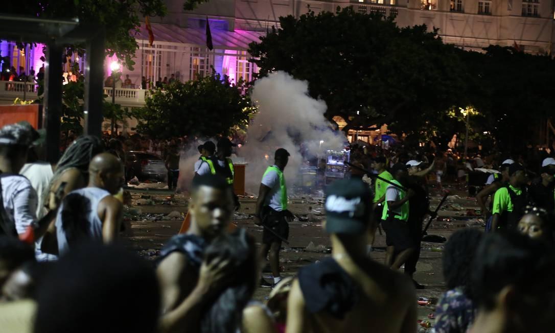 Polícia usa bombas de gás lacrimogêneo para dispersar a multidão; muitas pessoas revidaram arremessando garrafas de vidro. Foto: Pedro Teixeira / Agência O Globo