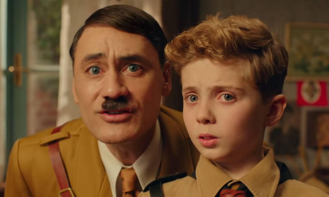 Jojo Rabbit - A sátira sobre o nazismo é dirigida por Taika Waititi, que também interpreta Hitler numa versão de amigo imaginário do menino Jojo, personagem-título vivido por Roman Griffin Davis Foto: Divulgação