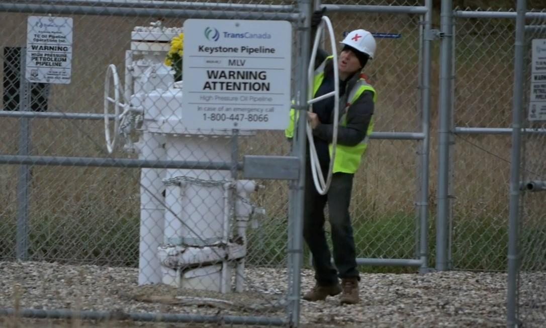 Michael Foster, um dos integrantes do grupo de ativistas, fecha gasoduto em Walhalla, Dakota do Norte, em outubro de 2016 Foto: Reprodução / Vimeo