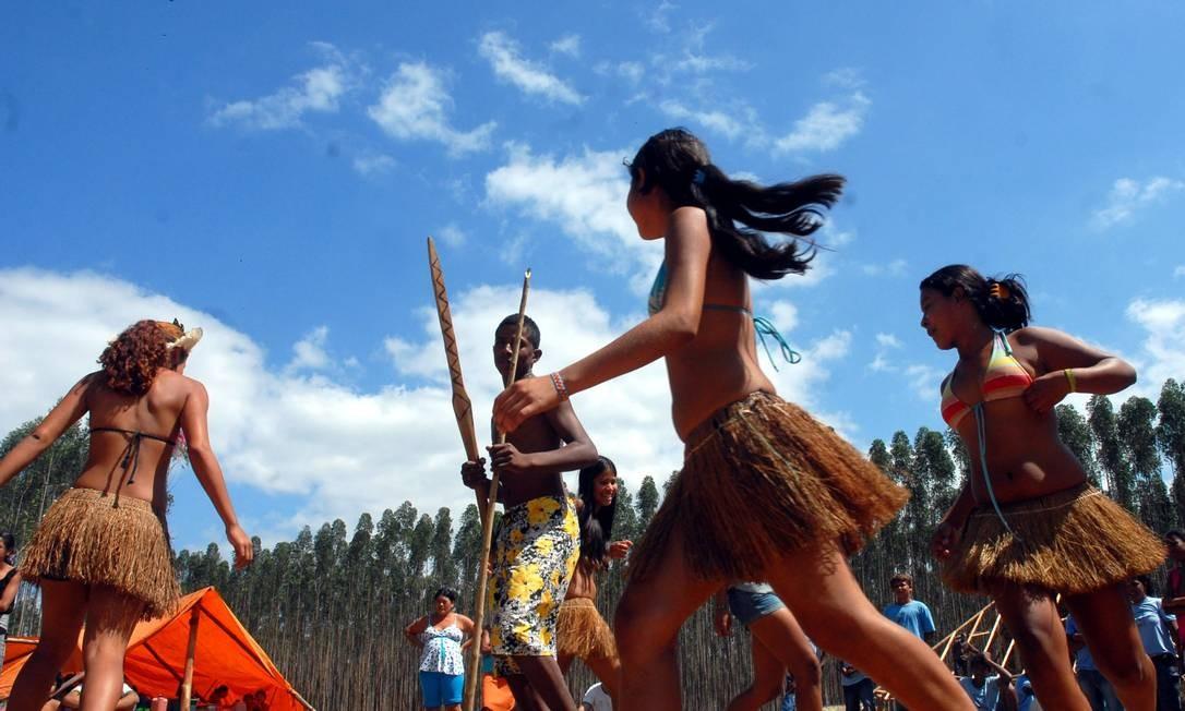 Tupiniquins dançam em Aracruz (ES) em protesto por demarcação de terras Foto: Valter Campanato / Agência Brasil