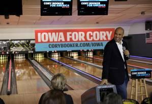 Senador e agora ex-candidato democrata à Presidência, Cory Booker participa de evento de campanha em Iowa, em dezembro de 2019. Decisão de abandonar a disputa surpreendeu correligionários no estado Foto: Brenna Norman / REUTERS