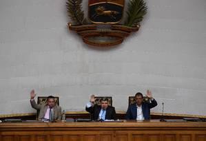 Deputado Luis Parra, no centro da foto e nomeado novo presidente da Assembleia Nacional em uma controversa ação do governo, presidente sessão em Caracas Foto: FEDERICO PARRA / AFP/07-01-2020