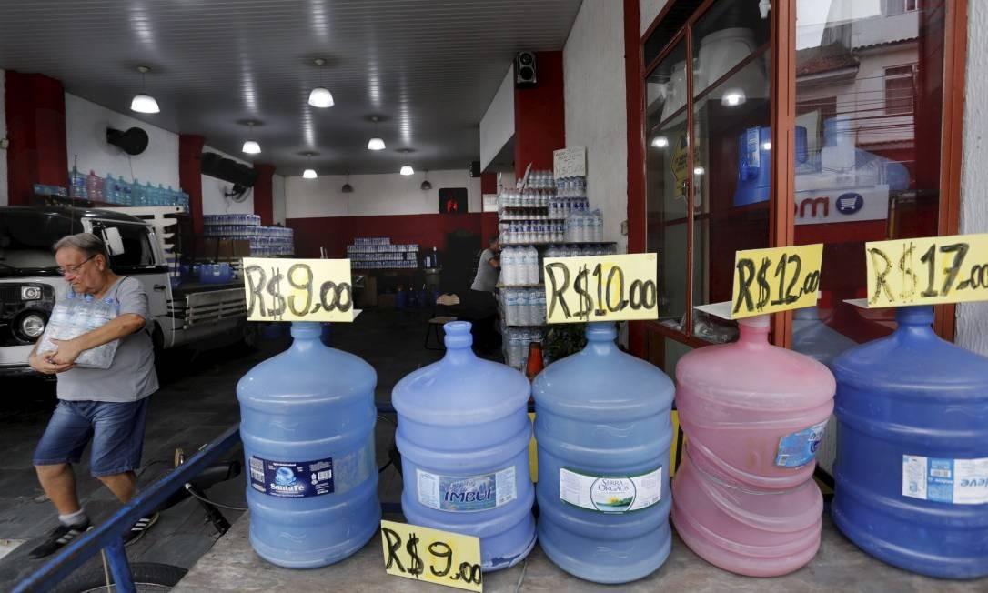 A distribuidora de água Talismã, em Vila Isabel, na Zona Norte do Rio, precisou reajustar o valor do galão de 20 litros de novo fornecedor Foto: MARCELO THEOBALD / Agência O Globo