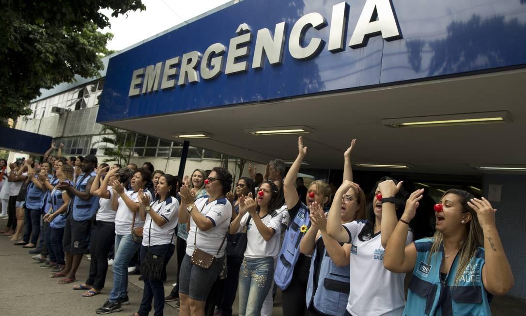 Protesto de funcionários de Hospital Municipal Albert Schweitzer, no Rio, em dezembro: caos na saúde não fica restrito à cidade e se espalha pelo país Foto: Márcia Foletto / Agência O Globo