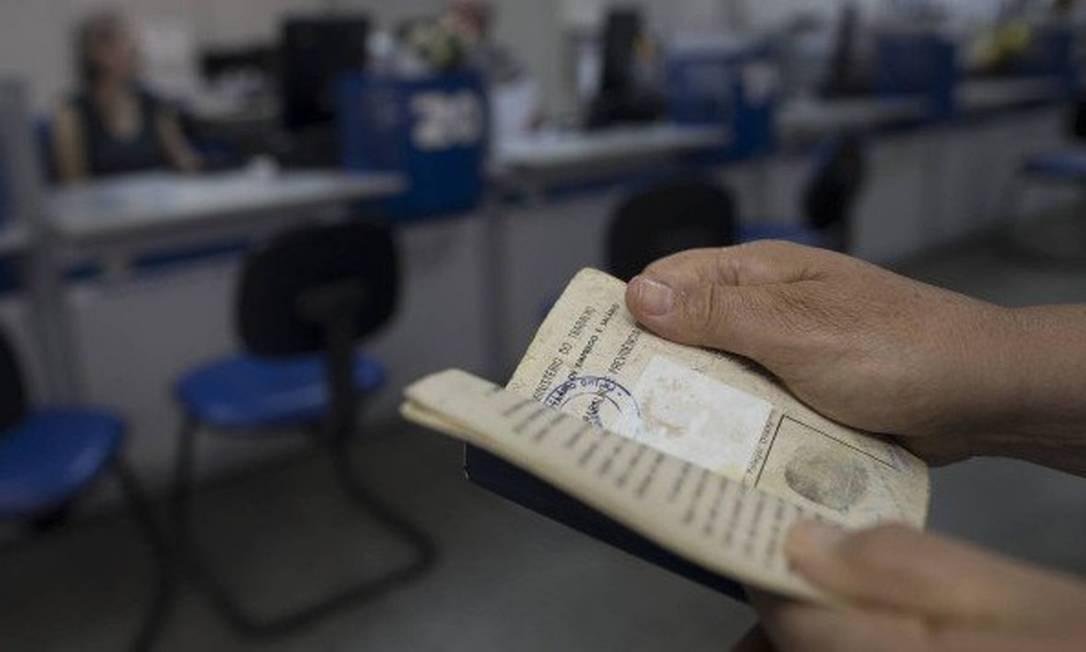As alíquotas de contribuição dos trabalhadores da iniciativa privada com carteira assinada vão subir Foto: Márcia Foletto / Agência O GLOBO
