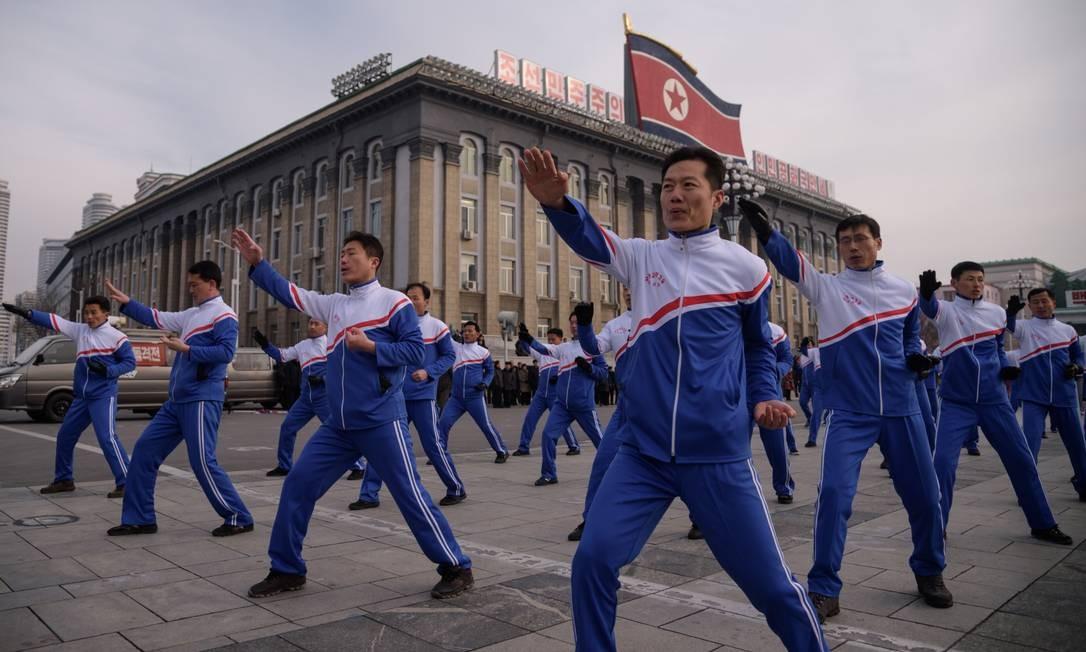 Oficiais da Comissão de Ciência e Tecnologia da Coréia do Norte demonstram um exercício de Taekwon-Do na Praça Kim Il Sung, em Pyongyang, no primeiro dia de esportes do ano novo Foto: Kim Won Jin / AFP