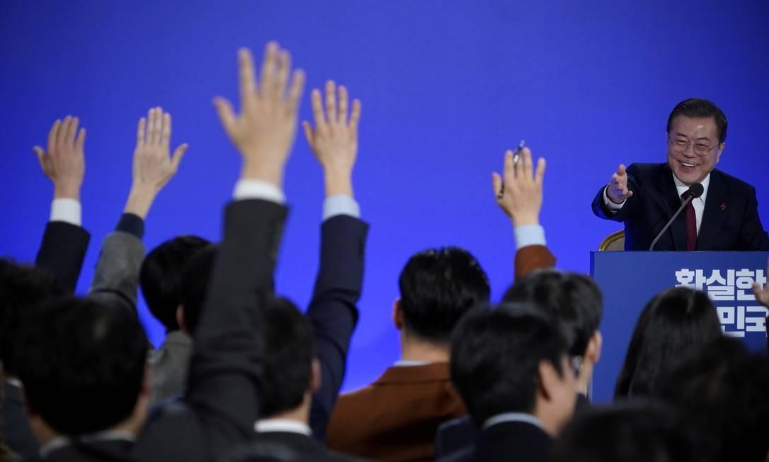 O presidente sul-coreano, Moon Jae-in, disse estar confiante entre diálogo entre EUA e Coreia sobre desnuclearização do país vizinho e pediu que a ONU isenção parcial das sanções. As declarações foram dadas em coletiva de imprensa de Ano Novo, na Casa Azul presidencial em Seul, nesta terça Foto: Kim Hong-Ji / Reuters