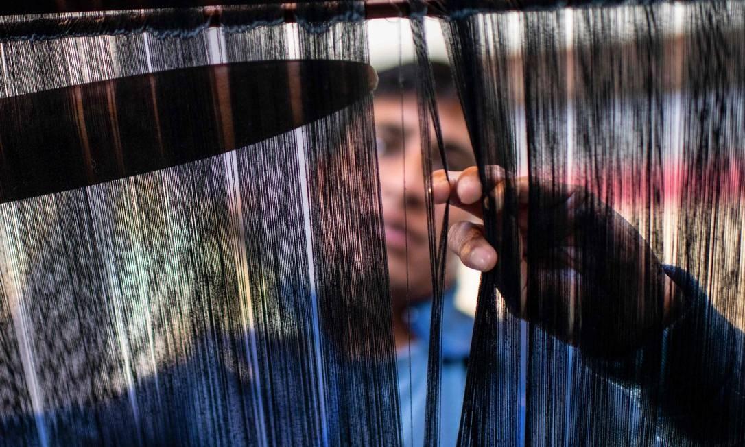 O designer indígena mexicano Alberto Lopez Gomez trabalha em um de seus projetos em sua oficina em San Cristobal de las Casas, Chiapas, México. Gomez participará do desfile da moda indígena americana, organizado pela New York City Fashion Week, em 2 de fevereiro, e foi convidado pela Universidade de Harvard para participar da terceira edição de sua Conferência no México Foto: Isaac Guzman / AFP