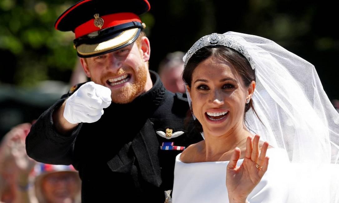 O príncipe Harry acena ao lado de sua mulher, Meghan Markle, após seu casamento Foto: Damir Sagolj / Reuters /19-05-2018