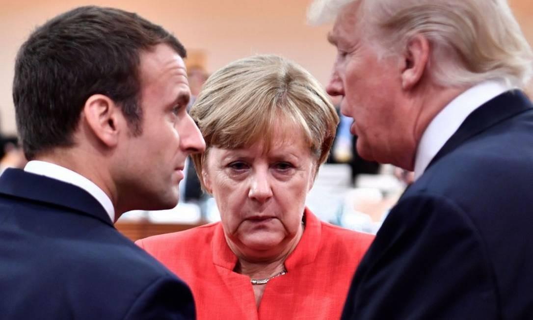 Chanceler Angela Merkel, ao lado do presidente francês, Emmanuel Macron, e de Donald Trump, presidente dos EUA Foto: JOHN MACDOUGALL / AFP / 07-09-2017