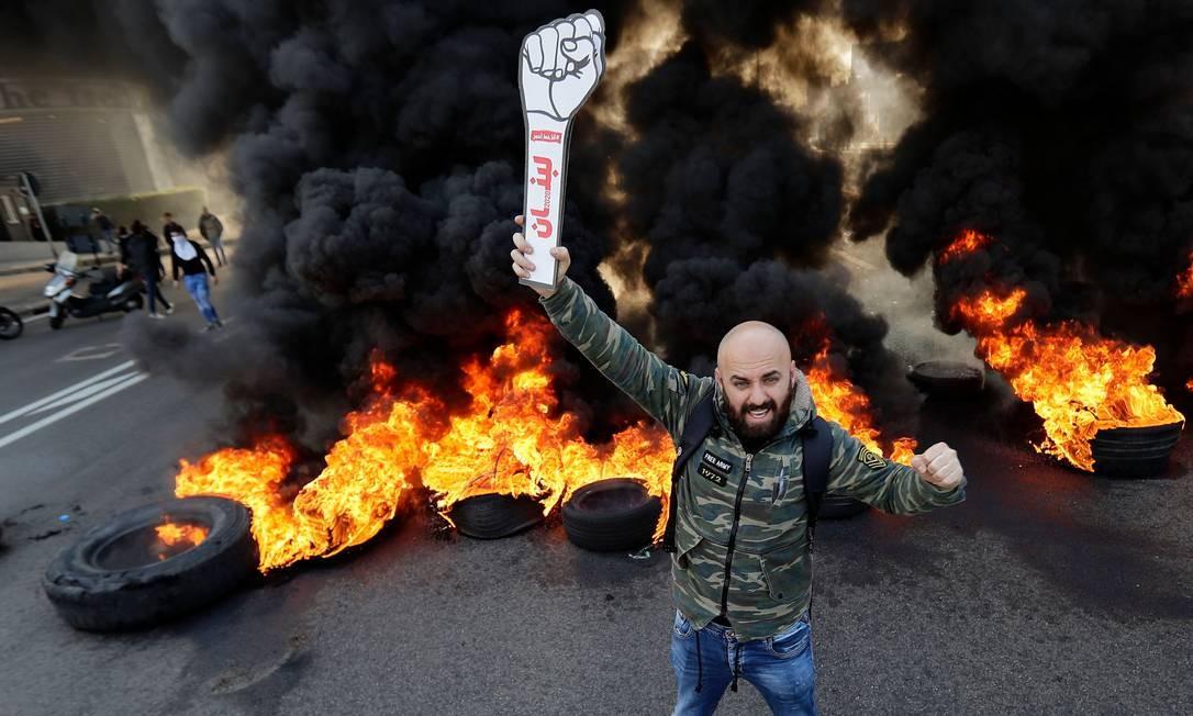 Libaneses voltaram às ruas para exigir a formação imediata do governo para conter uma crescente crise econômica. Protestos e instabilidade política derrubaram o primeiro-ministro, Saad Hariri, em outubro do ano passado Foto: JOSEPH EID / AFP
