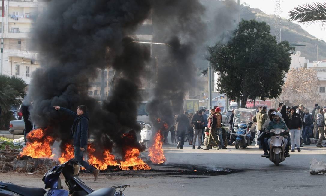 """Manifestantes libaneses retomaram o bloqueio das principais rodovias que, segundo eles, ser uma """"semana da revolta"""" exigindo o fim de um vácuo político de quase três meses Foto: Ibrahim Chalhoub / AFP"""