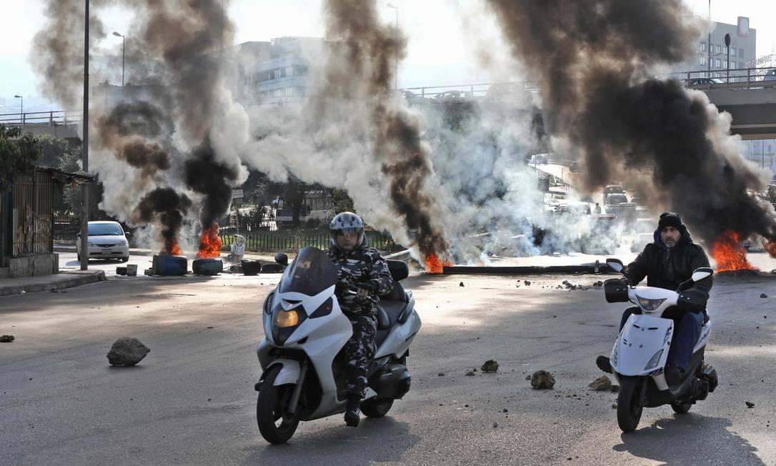 Libaneses voltaram às ruas, nesta terça, para exigir a formação imediata do governo para conter uma crescente crise econômica. Protestos e instabilidade política derrubaram o primeiro-ministro, Saad Hariri, em outubro do ano passado Foto: Anwar Amro / AFP