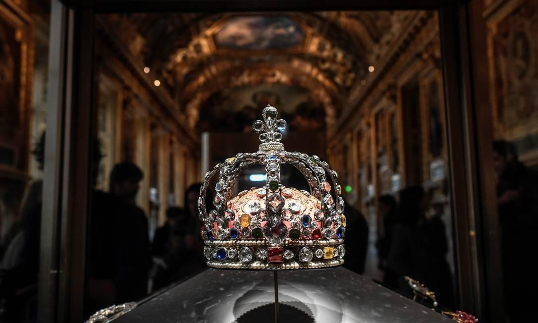 A coroa do rei francês Luís XV está em exibição na Galeria Apollo, no museu do Louvre, em Paris Foto: Stephane de Sakutin / AFP