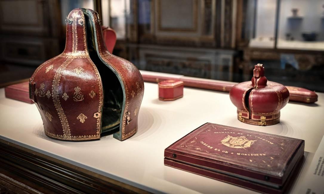 Objetos usados para guardar joias reais como coroas e cetros em exibição na Galeria Apollo Foto: Stephane de Sakutin / AFP