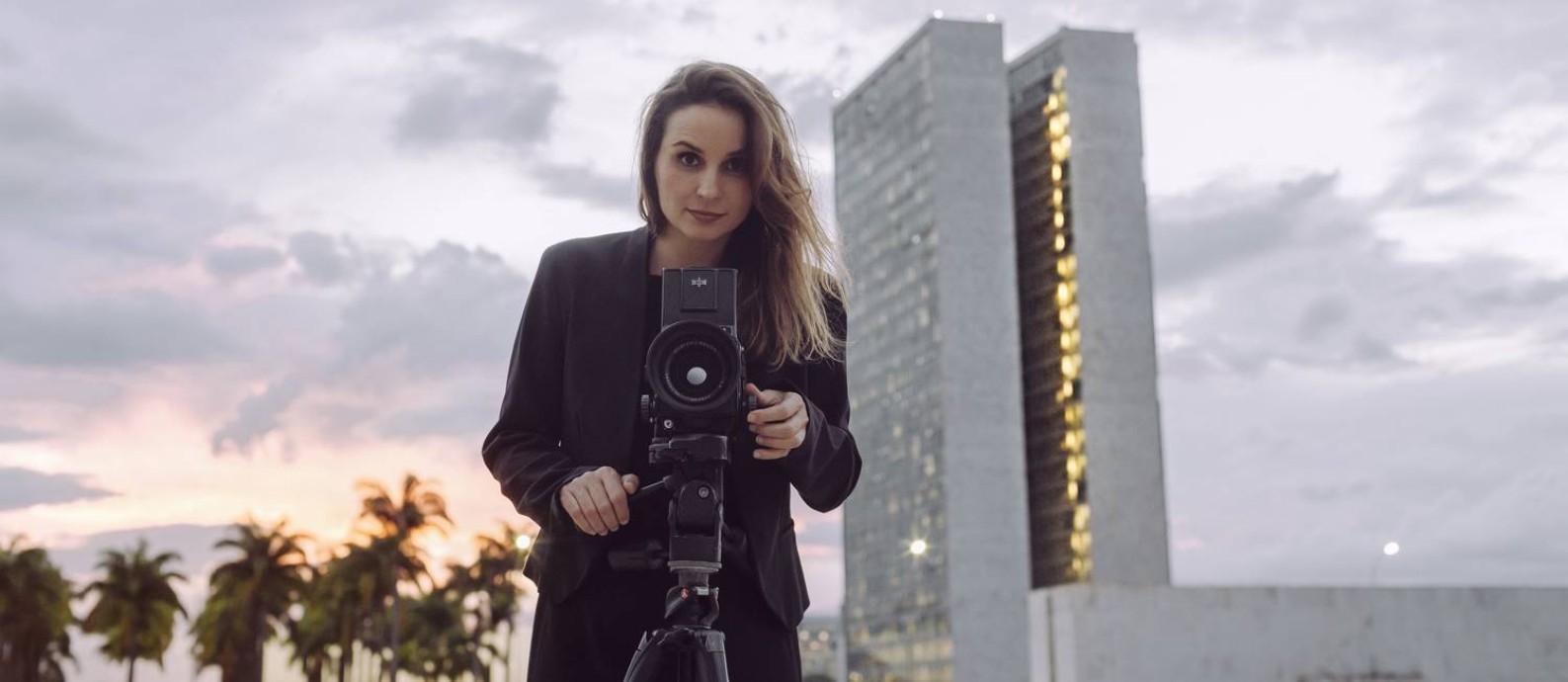 Petra Costa, diretora de 'Democracia em vertigem', filma em Brasília Foto: Divulgação/Diego Bresani