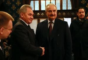 Em fotografia divulgada pela Chancelaria russa, General Khalifa Haftar (esquerda) cumprimenta ministro da Defesa da Rússia, Sergei Shoigu, em Moscou Foto: HO / AFP/13-01-2020