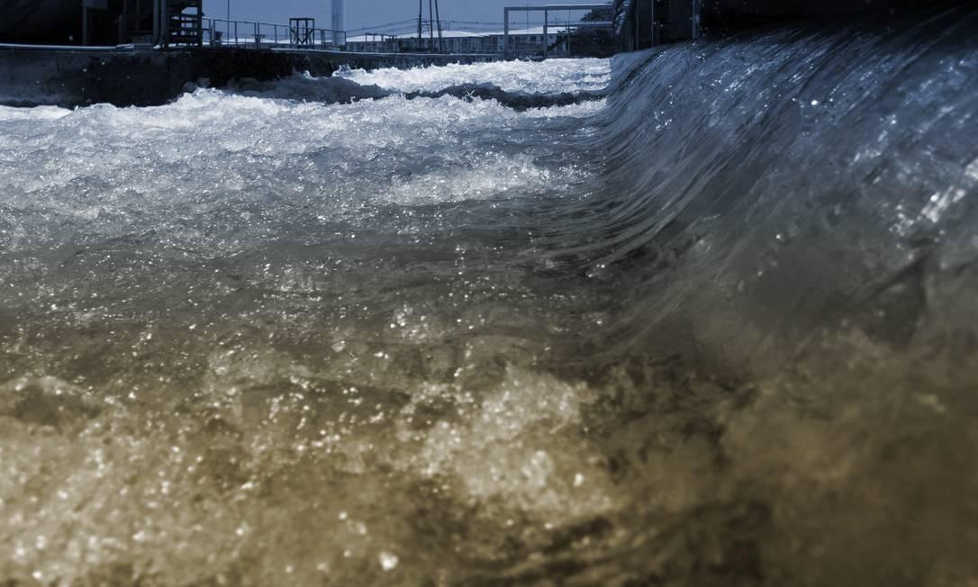 Moradores reclamam da água fornecida pela Cedae no Rio e na Baixada Foto: Editoria de Arte