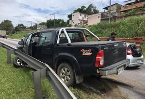 A vítima perdeu o controle do veículo após ter sido baleada Foto: Rafael Nascimento de Souza / Agência O Globo