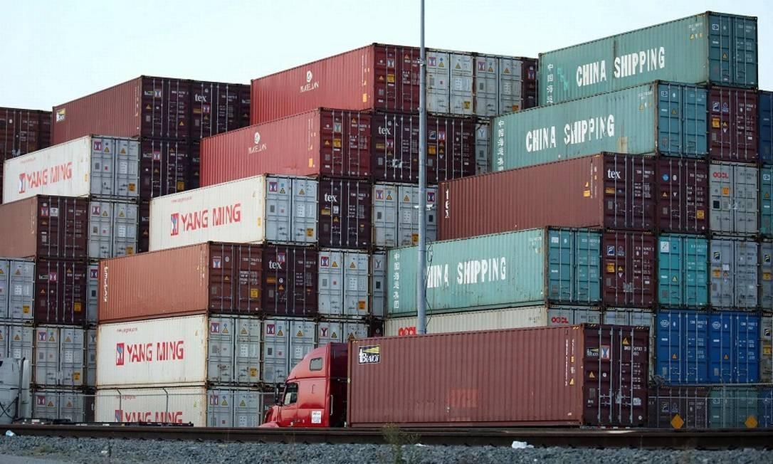 Contêineres chineses em porto da Califórnia. Foto: MARIO TAMA / AFP