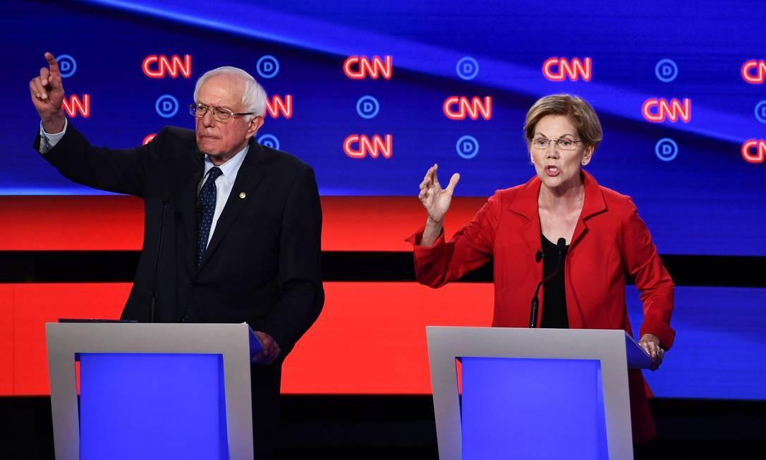 Senador Bernie Sanders e senadora Elizabeth Warren, durante debate dos pré-candidatos democratas à presidência, em julho de 2019. Proximidade de visões políticas pode sinalizar uma disputa mais acirrada entre os dois Foto: BRENDAN SMIALOWSKI / AFP