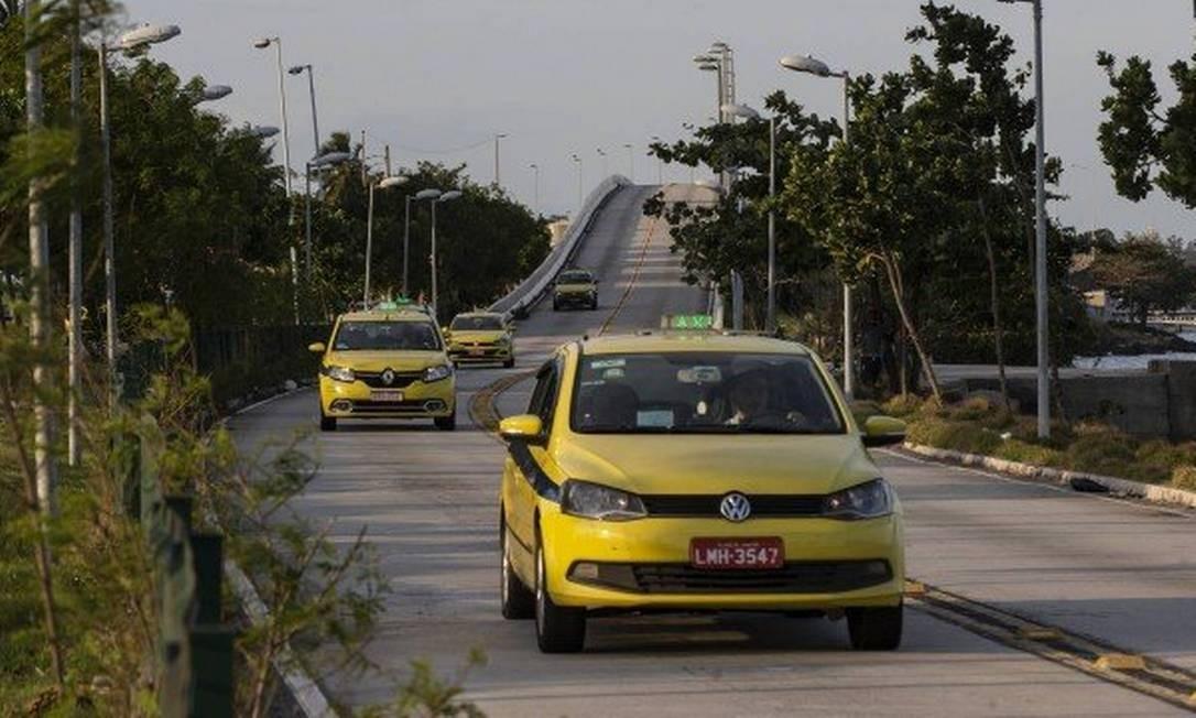 Táxis em rua do Rio Foto: Alexandre Cassiano
