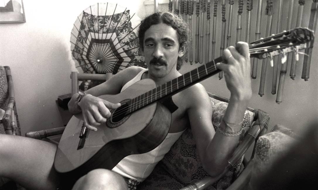 Moraes Moreira em 1981, tocando violão em sua casa Foto: Eurico Dantas / Agência O Globo