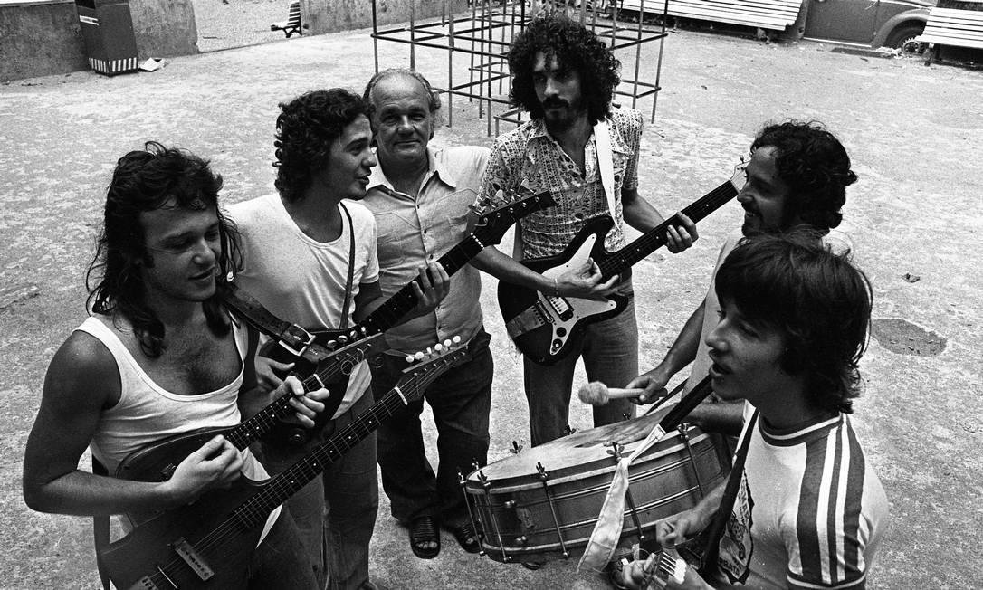 Em 1976, Moraes Moreira (de barba, com a guitarra) e o Trio Elétrico de Armandinho, Dodô e Osmar Foto: Arquivo / Agência O Globo