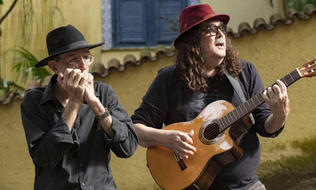 Moraes Moreira com o gaitista de rua Ivan Brzezinski Foto: Ana Branco / Agência O Globo