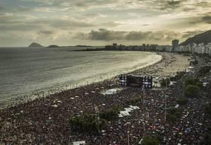 Show de abertura do carnaval no domingo, com o Bloco da Favorita: de acordo com a Riotur, 300 mil pessoas foram à Praia de Copacabana para o evento Foto: Guito Moreto / Agência O Globo