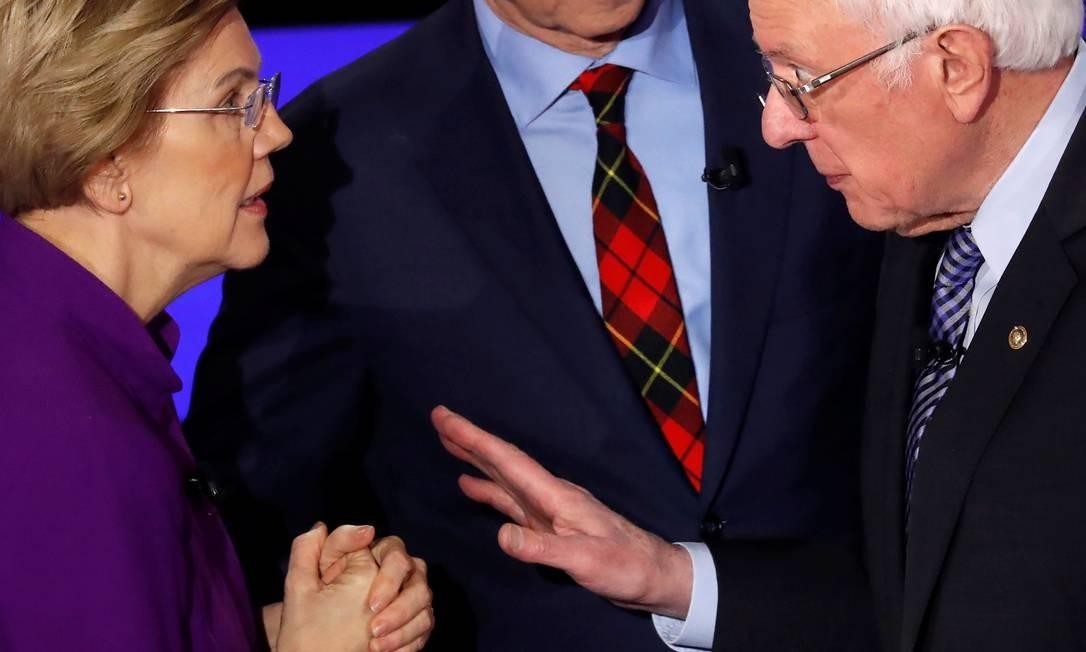 O antagonismo entre os senadores Elizabeth Warren e Bernie Sanders, que disputam eleitores mais progressistas e com preocupações parecidas, roubou a cena do sétimo debate presidencial democrata na Drake University, em Des Moines, Iowa, EUA, na noite de terça Foto: Shannon Stapleton / Reuters